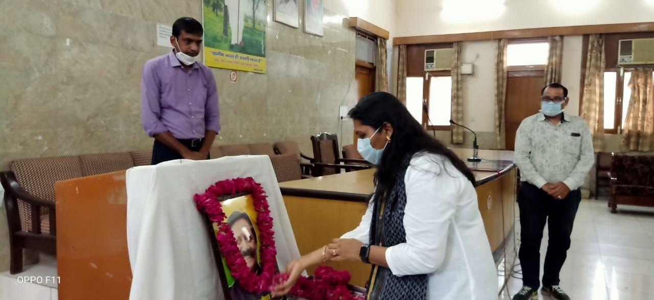 डीएम ने दी प्रभारी मंत्री चेतन चैहान को श्रद्धांजलि