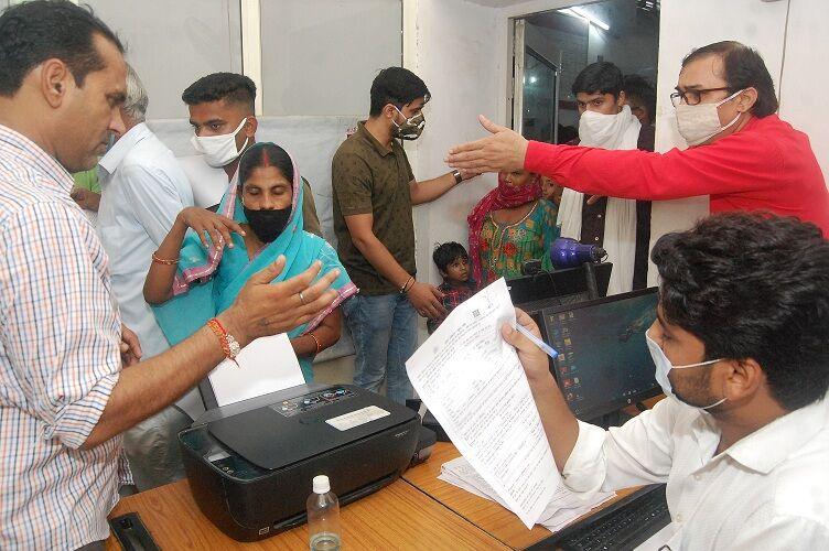 मुजफ्फरनगर में कोरोना को आमंत्रण दे रहे लोग, आधार केन्द्रों पर भारी भीड़