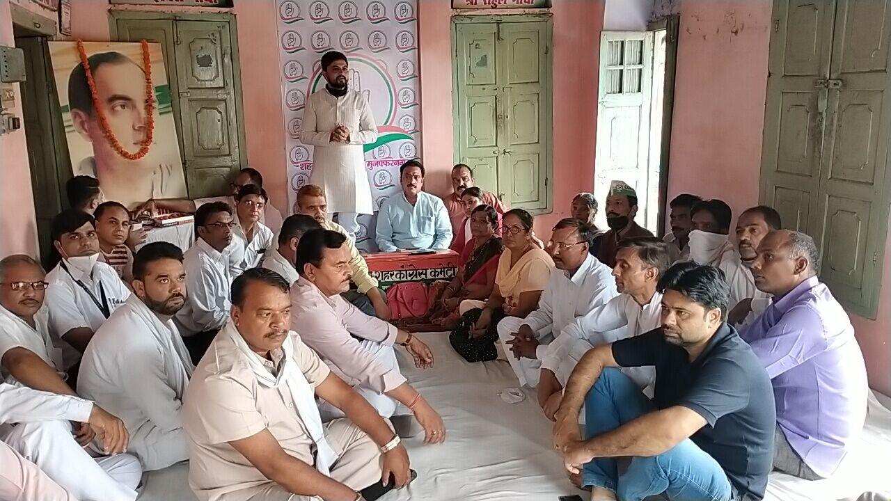 भारत रत्न राजीव गांधी के बर्थ-डे पर कांग्रेसियों ने बांटी मिठाई