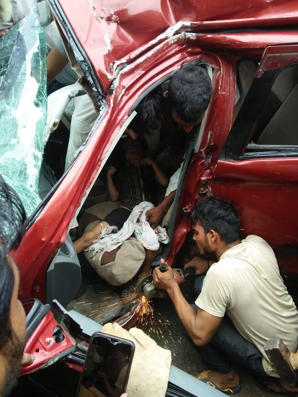 मुजफ्फरनगर में भयंकर सड़क हादसा, कार में फंसा मासूम