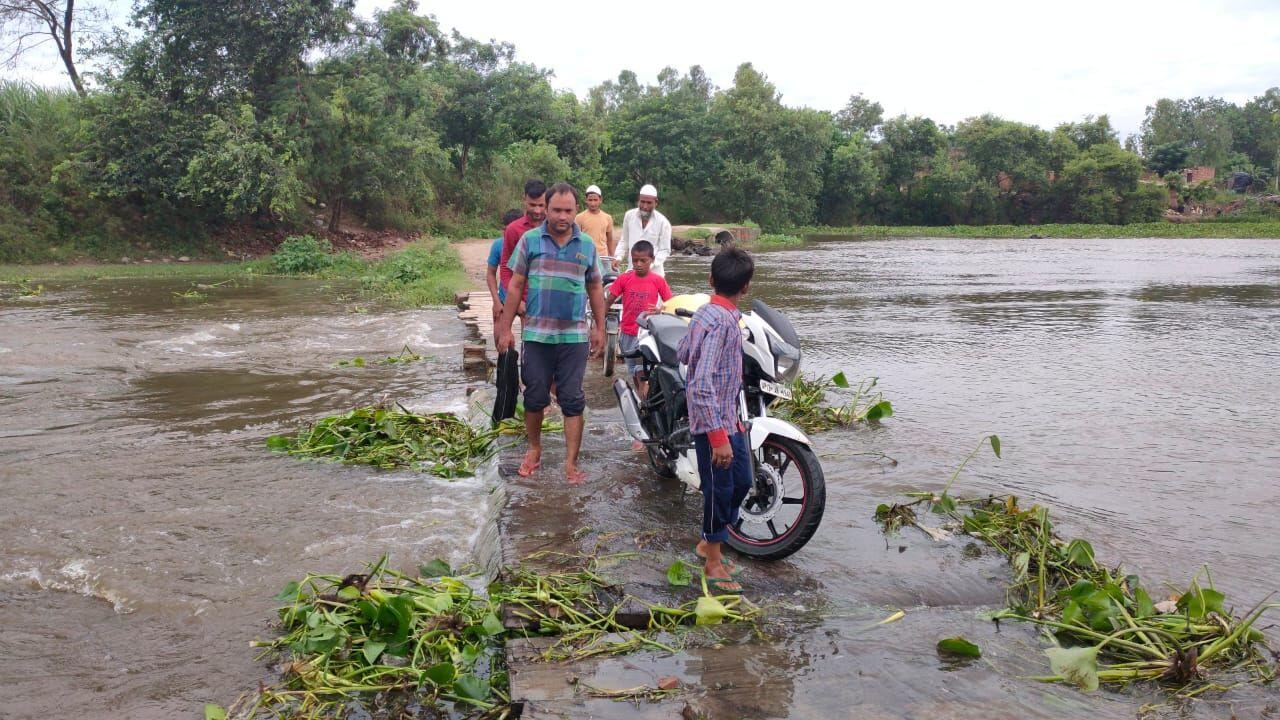 काली ऊफनाई-गांव शेरपुर का पुल बहने को तैयार, जान जोखिम में डाल रहे ग्रामीण