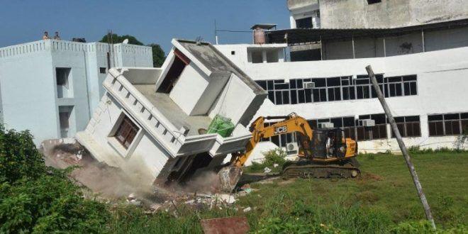 पुलिस से झडप के बीच मुख्तार अंसारी के परिवार की दो अवैध इमारतें गिराई
