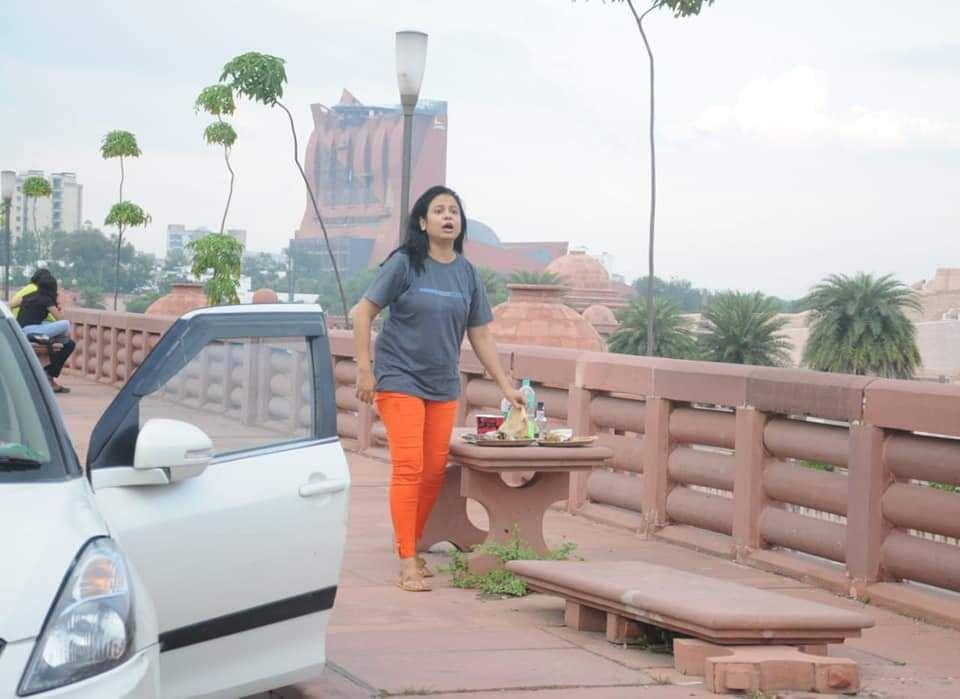 मरीन ड्राइव पर महिला ने सजाई हसीन महफिल-लोग ठिठके तो कर दिया हंगामा